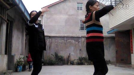 姐妹广场舞《泉水叮咚响》