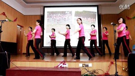 东南大学书海园丁舞蹈队表演舞蹈《快乐广场》