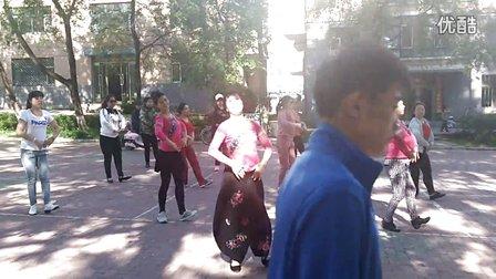 虎林市心飞扬广场舞队排练《北京的金山上》16.06.04下午